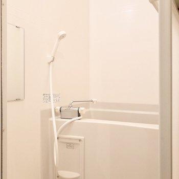 トイレお隣に浴室があります。コンパクトにまとまっていてお掃除ラクチン。