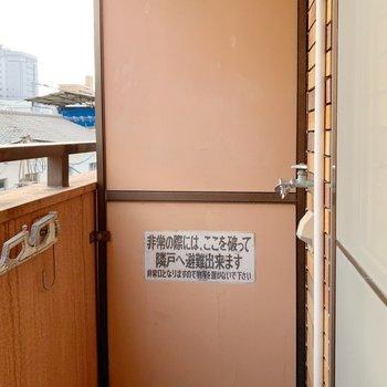 洗濯機置場は外になります。