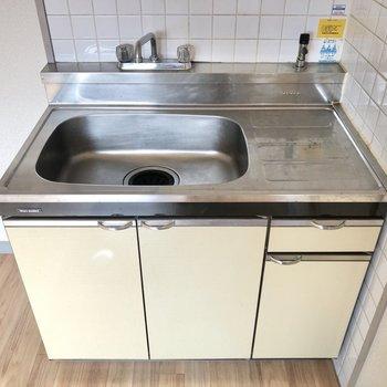 キッチンに置くコンロは1口の小さめのものが良いですね。横には冷蔵庫が置けそうなスペースが!