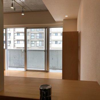 キッチンからお部屋が見渡せます。※写真は5階の同間取り別部屋のものです