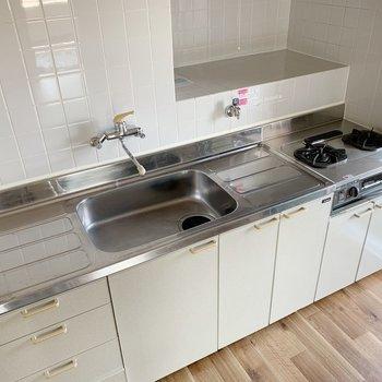 洗い物を置くスペース、作業スペース、どちらも確保!2口コンロにグリルまで!