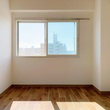 続いては洋室。こちらにも窓が。