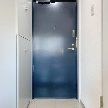 玄関のシックなネイビーがアクセント。シューズボックス大きいのが嬉しい〜!