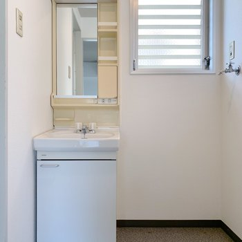 独立洗面台と洗濯機はお隣さん。こちらもスペースはゆったりしております。