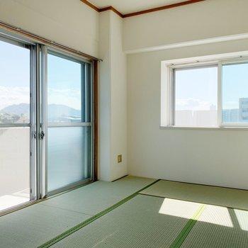 和室にはバルコニーが。ちなみに窓は出窓タイプです。
