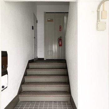 階段室タイプのマンションです。1階ですがお部屋までは少し階段あり。