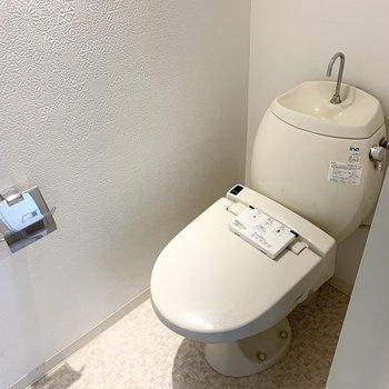 ウォシュレット付きのおトイレ。ちょっとびっくりな位置にリモコンがありますが、おそらく壁に付くと思われます。
