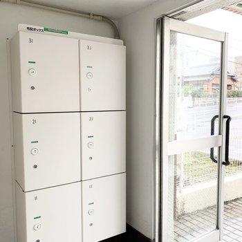 入口に各住戸の専用宅配ボックス。これはありがたい!