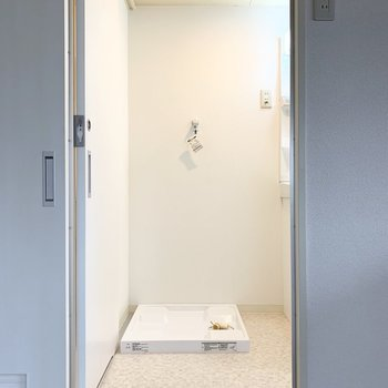 1段上がった空間。正面は洗濯機置場です。素敵なデザインの洗濯機を置きたいですね。