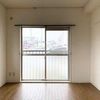 北側は掃き出し窓ですが、外には出られません。