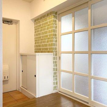 さて、最後は玄関へ。LDKとリンクしたデザインです。こちらからも、やっぱりガラス戸が素敵。