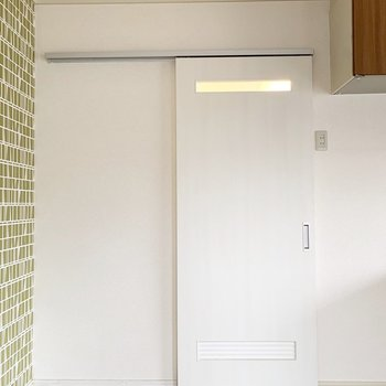 水回りはキッチン横のこちらのドアから。
