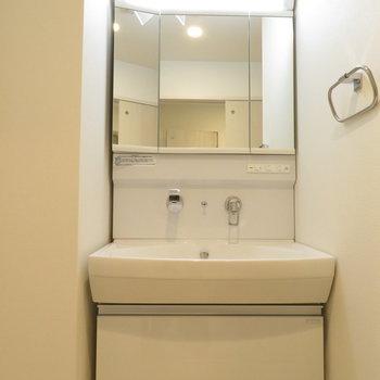 3面鏡の洗面台です※写真は同間取り別部屋のものです。