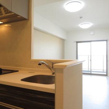 キッチンからの眺めが美しい※写真は同間取り別部屋のものです。