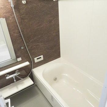このワイドな浴槽はなかなかないんです!※写真は同間取り別部屋のものです。
