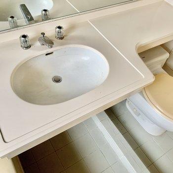 洗面台横に歯ブラシや化粧水も置いておけそう。