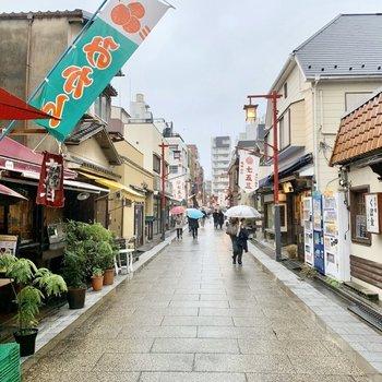 駅までの道にはレトロなお店が並ぶ通りもありました。