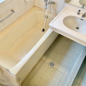 シャワーカーテン付き。湯船はゆったり、足も伸ばせそう。