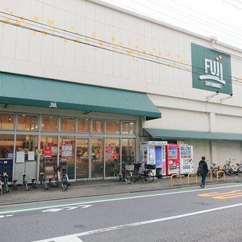 近くには大型スーパーがありました