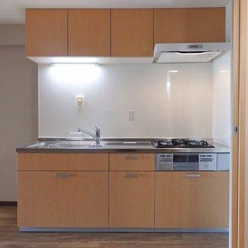 3口グリル付きのシステムキッチン。お料理にも力が入りますね!(※写真は5階の同間取り別部屋のものです)