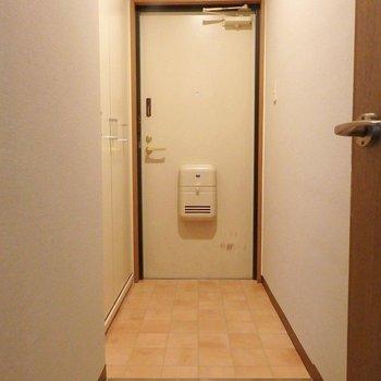 ゆったりした玄関。収納もたっぷりです。(※写真は5階の同間取り別部屋のものです)