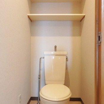 トイレもシンプル。上の棚が便利です!(※写真は5階の同間取り別部屋のものです)