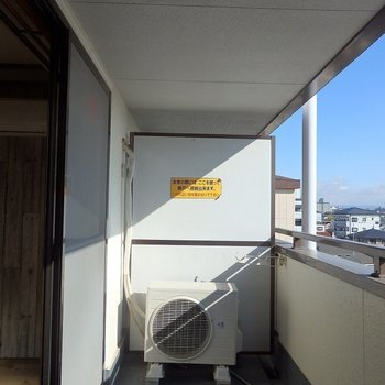 バルコニーは日当たりが素敵・・・!(※写真は5階の同間取り別部屋のものです)