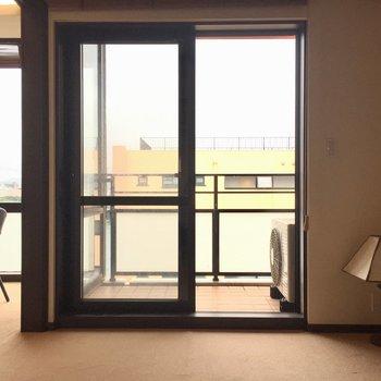 洋室の窓も大きいですね(※写真は10階の同間取り別部屋のものです)