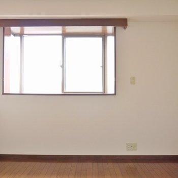 東向きの窓なので光も差し込んできます(※写真は8階の同間取り別部屋のものです)