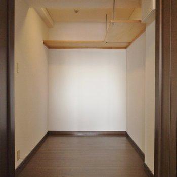 かなり広めのウォークイン(※写真は8階の同間取り別部屋のものです)