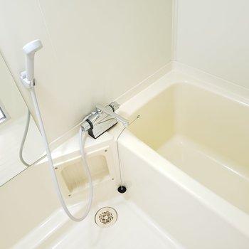 シンプルなバスルーム。今日の疲れは今日のうちに。(※実際はひねるタイプの水栓です)(※写真は4階の反転間取り別部屋のものです)