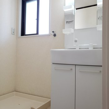 脱衣所の水回りはスッキリ★窓もあって換気もできますね!(※写真は4階の反転間取り別部屋のものです)