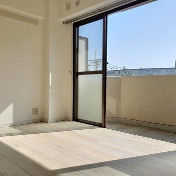 温かい太陽の光が差し込んで綺麗!たまにはお家でゆっくりも悪くないね!(※写真は4階の反転間取り別部屋のものです)