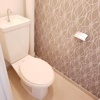清潔なトイレ!(※実際の壁紙は異なります)(※写真は4階の反転間取り別部屋のものです)
