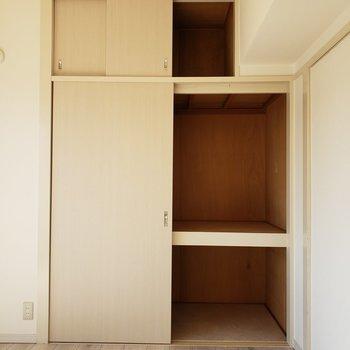 洋室の押し入れに普段使わないものはしまい込みましょう♪(※写真は4階の反転間取り別部屋のものです)