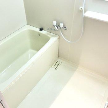 浴槽は足を伸ばせるサイズ◯疲れを癒やしましょう!