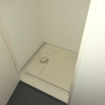 洗濯機は玄関入ってすぐ左側にありました。※写真は通電前のものです