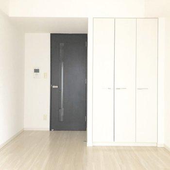 ドアの黒で空間が引き締まります。