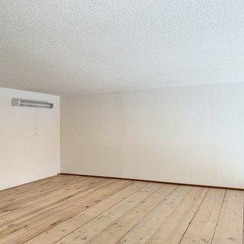 天井低めのロフト。荷物置き場としての利用がベターかも。たまにおこもり空間としても..◯