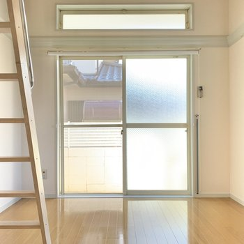 お部屋はロフト付き!バルコニー窓の上にもう一つ窓があるって嬉しいですね。