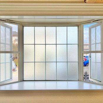 メルヘンチックな愛らしい窓。お気に入りの小物や植物を置こうかな。