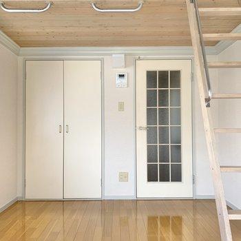 バルコニー側から。ドアの格子と色もまたキュートなんです。
