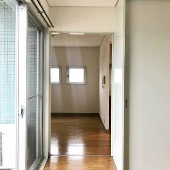 居室部分からリビング部分を。(※写真は4階の同間取り別部屋のものです)