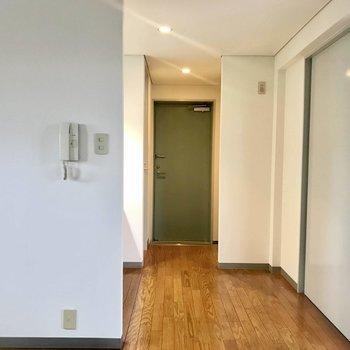 玄関のグリーンがとってもキュート。(※写真は4階の同間取り別部屋のものです)