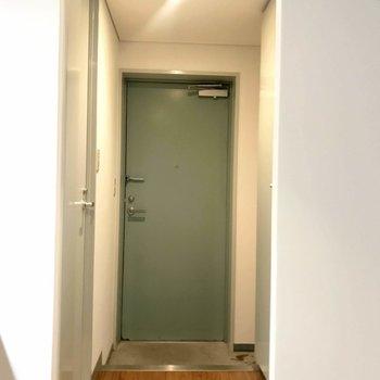 玄関もプレーンさが素敵!(※写真は4階の同間取り別部屋のものです)