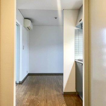 玄関からリビング部分が奥まっているのが良いな〜。(※写真は4階の同間取り別部屋のものです)