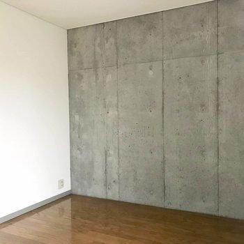 コンクリートの無機質さに惹かれる。(※写真は4階の同間取り別部屋のものです)