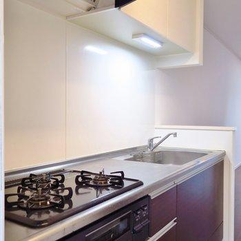 キッチンだって3口コンロにグリル付き。(※写真は反転間取り別部屋のものです)