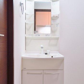 洗面台はこちらですね。(※写真は反転間取り別部屋のものです)