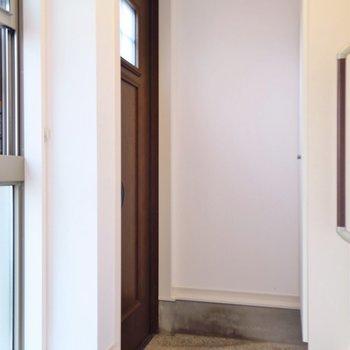 玄関はこちらです。(※写真は反転間取り別部屋のものです)